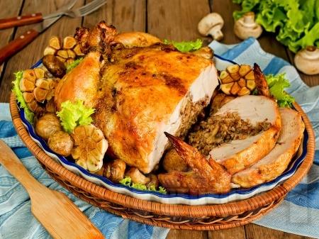 Пълнено пиле с елда и гъби на фурна - снимка на рецептата